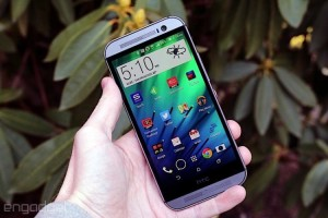 HTC One M8 в руке